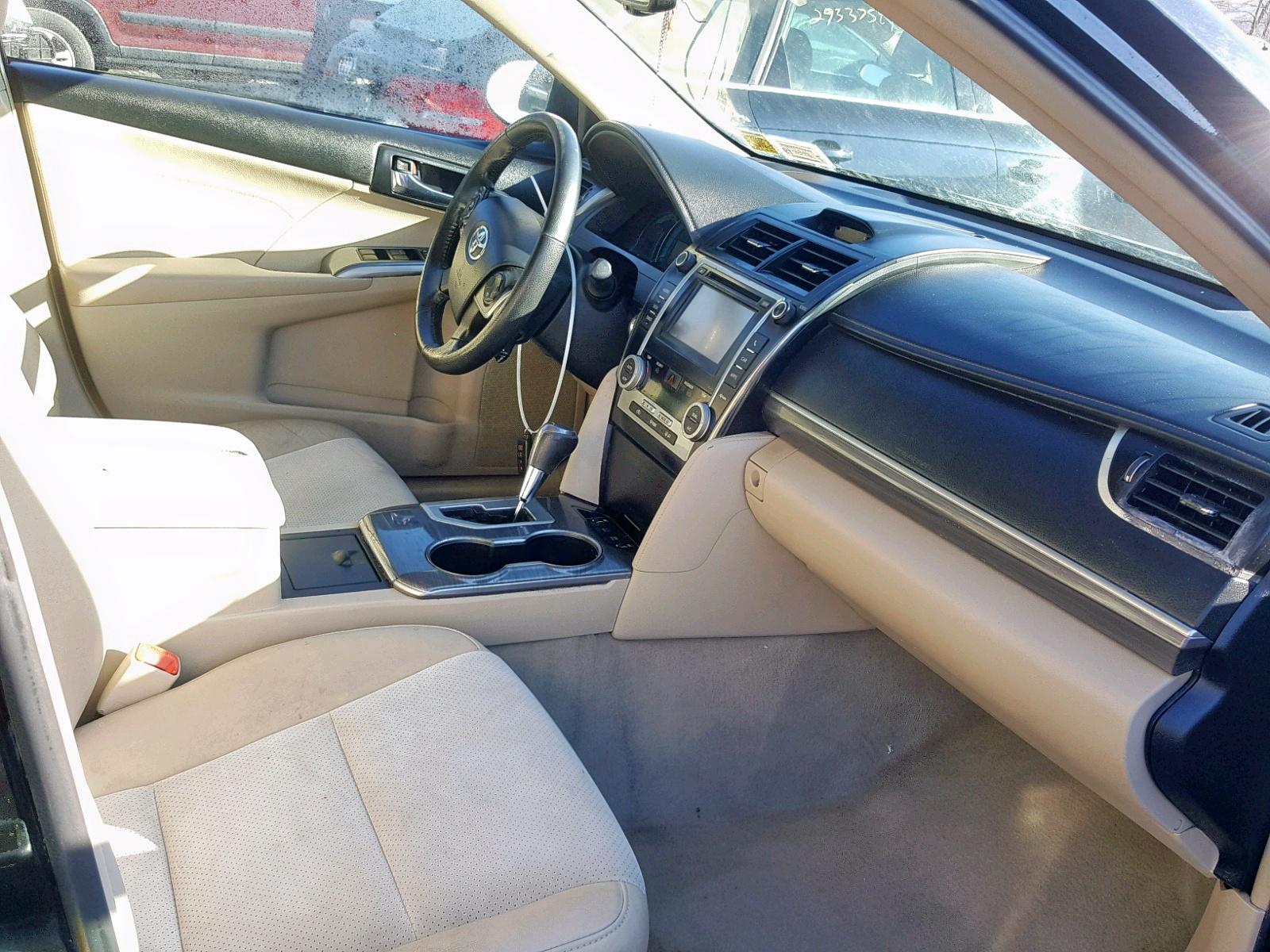 2014 Toyota Camry Hybr 2.5L close up View