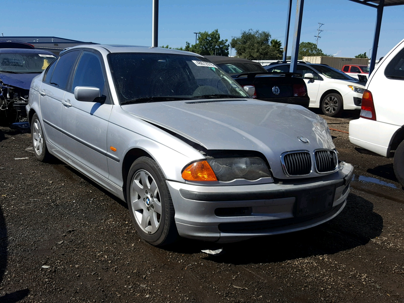 Salvage 2000 BMW 323 I for sale