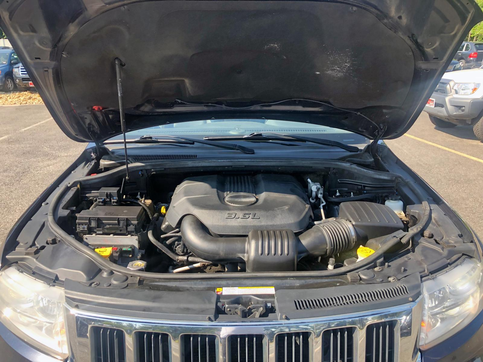 1J4RR5GG0BC656093 - 2011 Jeep Grand Cher 3.6L front view