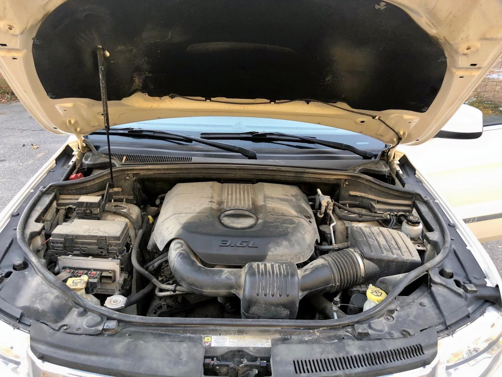 1J4RR4GGXBC525697 - 2011 Jeep Grand Cher 3.6L engine view