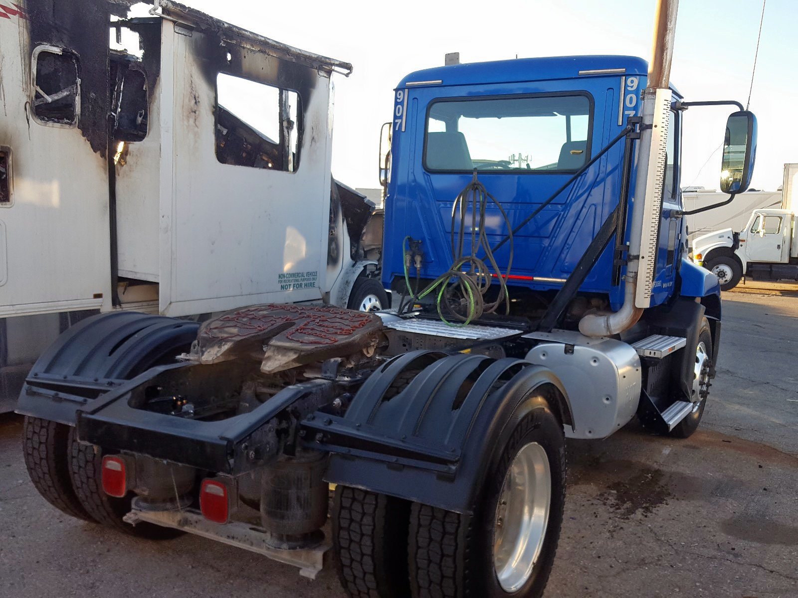 1M1AW01Y7HM010374 - 2017 Mack 600 Cxu600 10.8L rear view