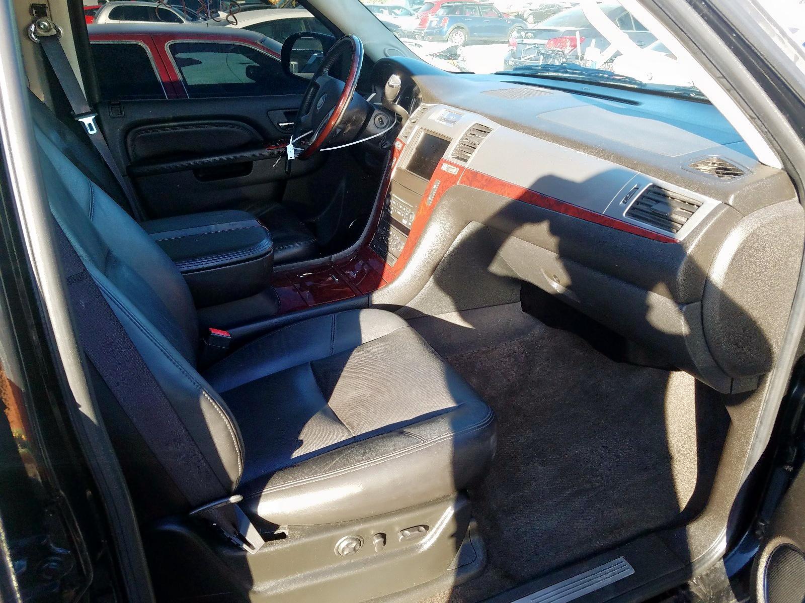 1GYS4AEF0BR132555 - 2011 Cadillac Escalade 6.2L close up View