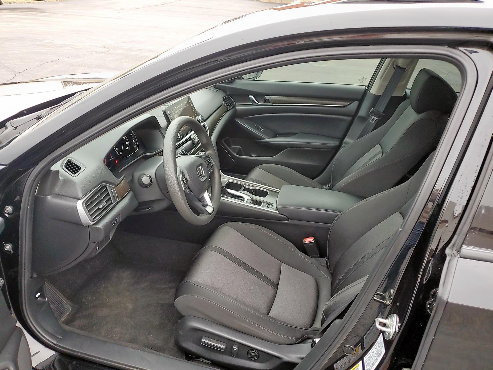 1HGCV1F46JA076138 - 2018 Honda Accord Ex 1.5L engine view